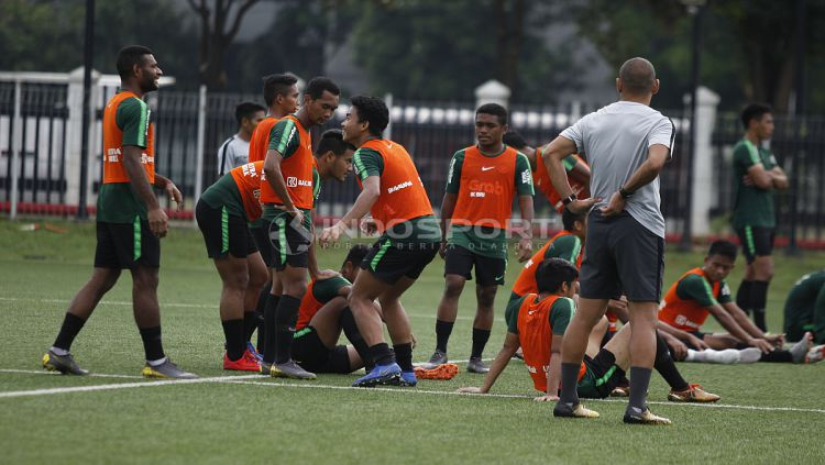 Keceriaan para pemain Timnas U-22 saat menunggu giliran menendang penalti dalam latihan. Copyright: © Herry Ibrahim/INDOSPORT
