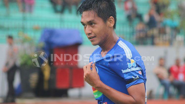 Septian David Maulana menunjuk logo PSIS Semarang usai mencetak gol. Copyright: © Ronald Seger/INDOSPORT