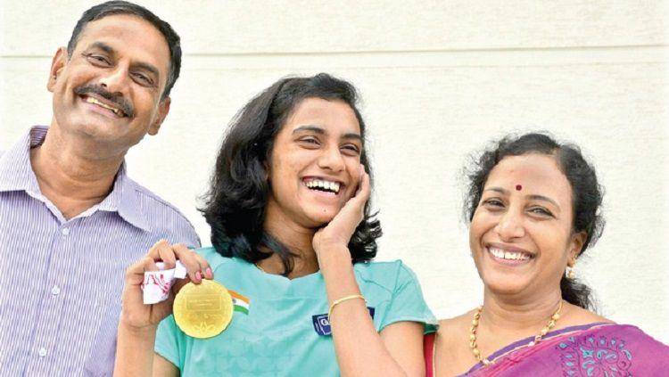 P.V Sindhu bersama kedua orang tuanya. Copyright: © mathrubhumi.com