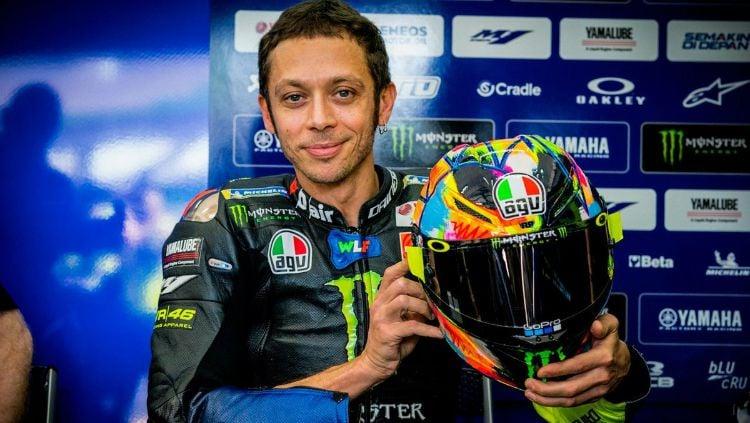 Valentino Rossi dengan helm barunya. Copyright: © Twitter/Crash.net