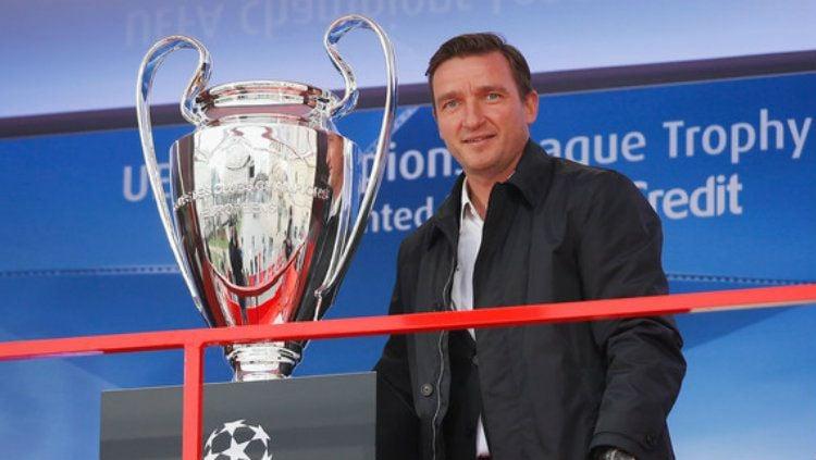 Legenda Liverpool Vladimir Smicer bersama trofi Liga Champions. Copyright: © zimbio