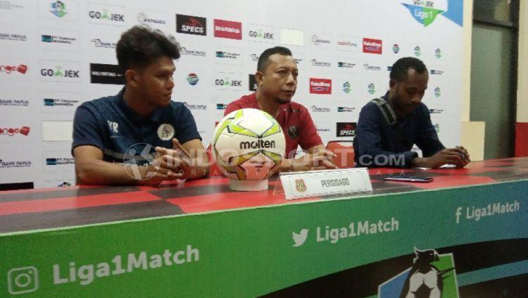 Pelatih Persidago Gorontalo, Romy Malamua bersama pemainnya, Yuaib Rauf saat sesi konferensi pers Copyright: © Sudjarwo/INDOSPORT