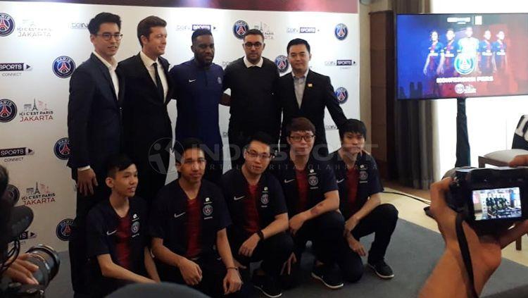 Salah satu mantan bintang PSG, Jay-Jay Okocha (tengah) hadir di acara BeinSport. Copyright: © Neneng Astrianti/INDOSPORT
