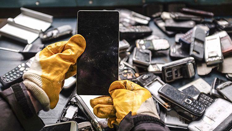 Medali juara untuk Olimpiade 2020 terbuat dari limbah elektronik. Copyright: © AFP