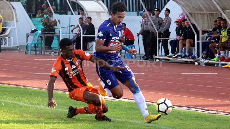 Bek Perseru, Kelvin Wopi (kiri) saat berebut bola dengan striker PSIS, Hari Nur Yulianto di laga Liga 1 2018 Copyright: © Ronald Seger Prabowo/INDOSPORT