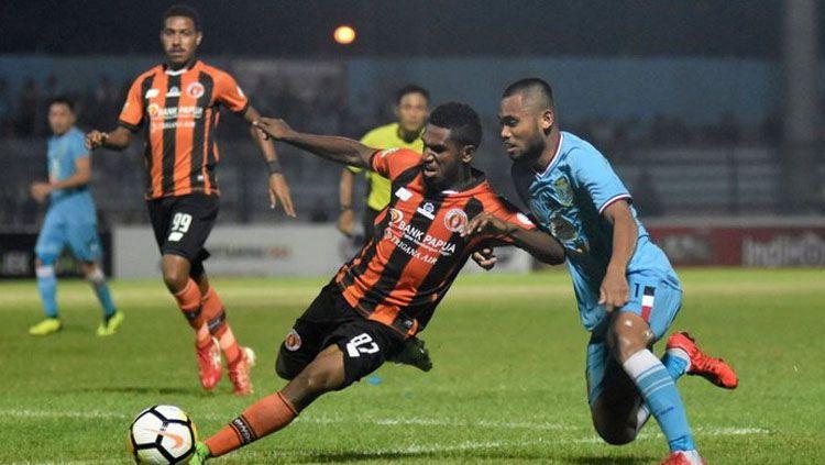 Saddil Ramdani berebut bola dengan pesepak bola Perseru Serui Makarius Fredik Suruan dalam lanjutan Liga-1 di Stadion Surajaya Lamongan Copyright: © ANTARA FOTO/M Risyal Hidayat
