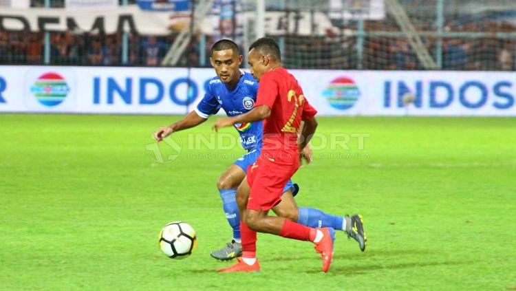 Todd Fere mencoba melewati pemain Arema FC. Copyright: © Ian Setiawan/INDOSPORT