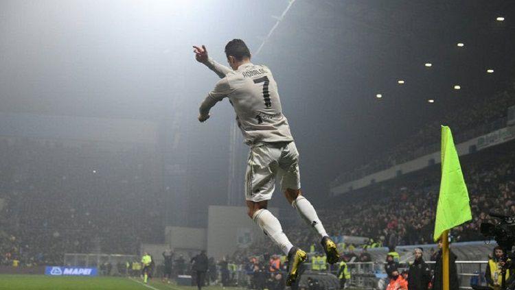 Cristiano Ronaldo melakukan selebrasi khasnya usai mencetak gol ke gawang Sassuolo. Copyright: © Twitter @FansTribeHQ