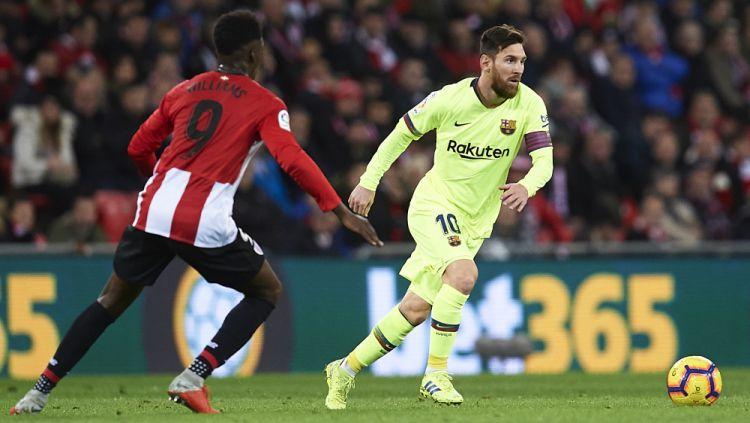 Kapten Barcelona Lionel Messi saat menggocek pemain Athletic Bilbao pada ajang La Liga Spanyol, Senin (11/02/19). Copyright: © Getty Images