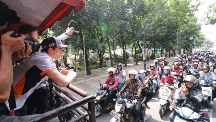Marc Marquez berkeliling Bandung naik Bandros. Copyright: © pojokoto