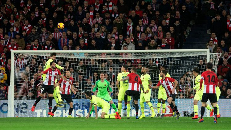 Duel di udara dalam laga Athletic Bilbao vs Barcelona pada ajang La Liga Spanyol, Senin (11/02/19). Copyright: © Getty Images