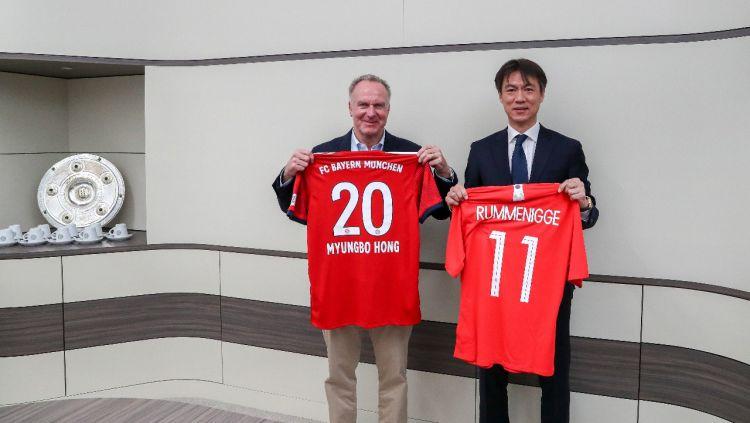 CEO Bayern Munchen, Karl-Heinz Rummenigge, dan Ketua Federasi Sepak Bola Korea Selatan, Hong Myung-bo, meresmikan kerjasama sepak bola di Munchen pada Senin (11/2/19). Copyright: © Bayern Munchen