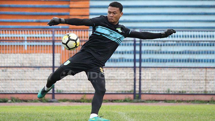 Dian Agus Prasetyo saat mengikuti latihan perdana Persela. Senin (11/2/19). Copyright: © Fitra Herdian/Indosport