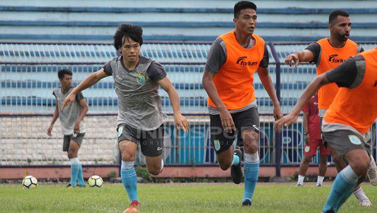 Kei Hirose memperlihatkan kemampuannya dalam mini games saat latihan di Stadion Surajaya. Senin (11/2/19 Copyright: © Fitra Herdian/Indosport