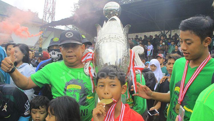 Seger Sutrisno (memakai topi) memegang thropy Piala Soeratin U-17. Minggu (10/2/19). Copyright: © Fitra Herdian/Indosport