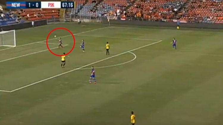 Aksi Andritany saat turun memperkuat Persija melawan Newcastle Jets. Copyright: © Youtube.com/tissuemagic