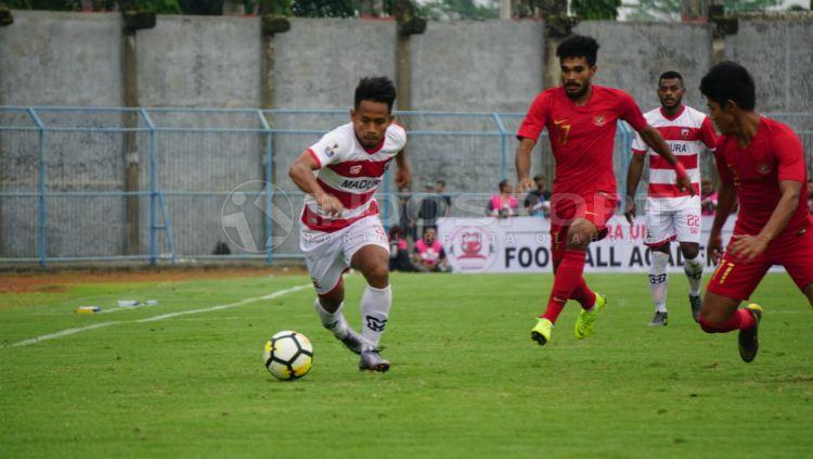 Bintang Madura United, Andik Vermansyah di kawal pemain Timnas Indonesia U-22, Selasa (12/02/19) sore. Copyright: © Fitra Herdian/INDOSPORT