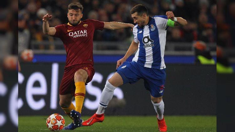 Bryan Cristante berduel dengan Hector Herrera dalam pertandingan Liga Champions antara AS Roma vs Porto. Copyright: © GettyImages