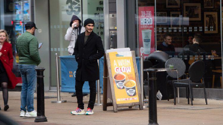 Ilkay Gundogan terciduk membeli jersey Manchester United saat jalan-jalan Copyright: © Sun Sport