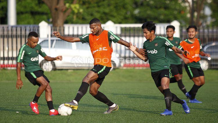 Marinus Wanewar berusaha mengambil bola dari Todd Ferre Copyright: © Herry Ibrahim/INDOSPORT