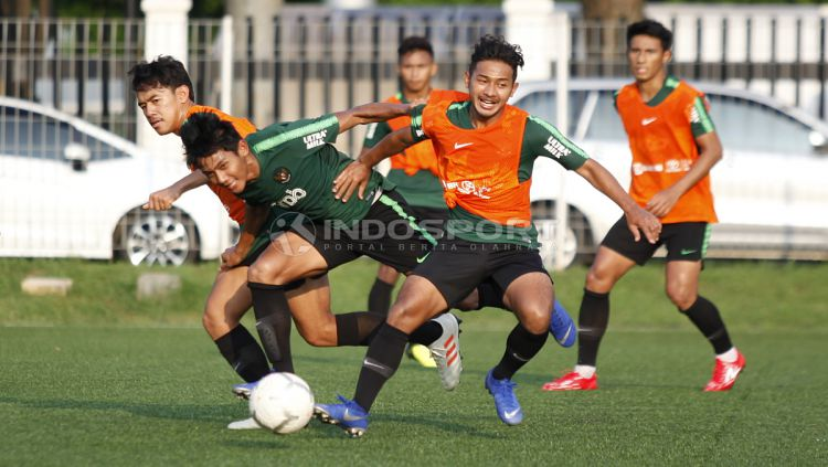 Situasi latihan Timnas Indonesia U-22 di Lapangan ABC Senayan, Jakarta. Copyright: © Herry Ibrahim/INDOSPORT