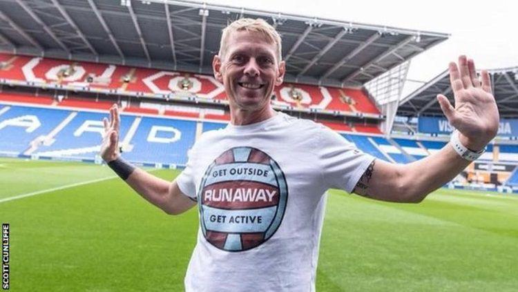 Fan Burnley yang berlari ke semua laga tandang Premier League 2018/19 Copyright: © BBC