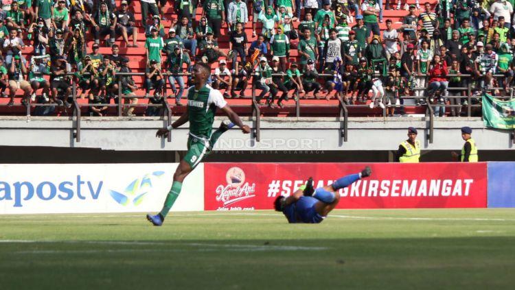 Selebrasi gol Amido Balde (Persebaya surabaya) saat menjebol gawang Persinga Ngawi. Copyright: © Fitra Herdian/Indosport.com