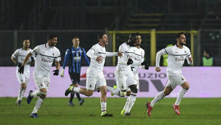 Para pemain AC Milan merayakan gol ke gawang Atalanta di Serie A Italia 2018/2019, Minggu (17/02/19). Copyright: © Twitter/@africa_milan