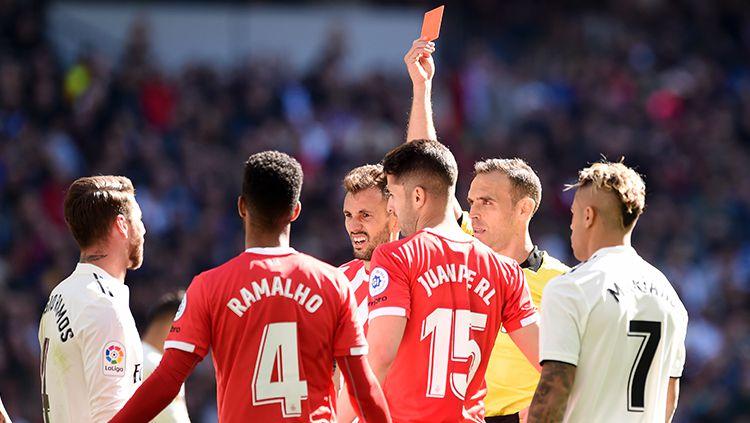 Sergio Ramos saat diberikan kartu merah oleh wasit Copyright: © GettyImages