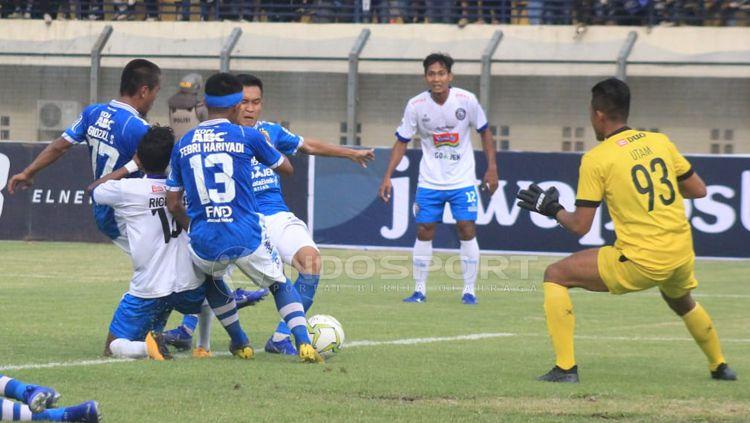 Pemain Persib dan Arema berebut bola Copyright: © Arif Rahman/INDOSPORT
