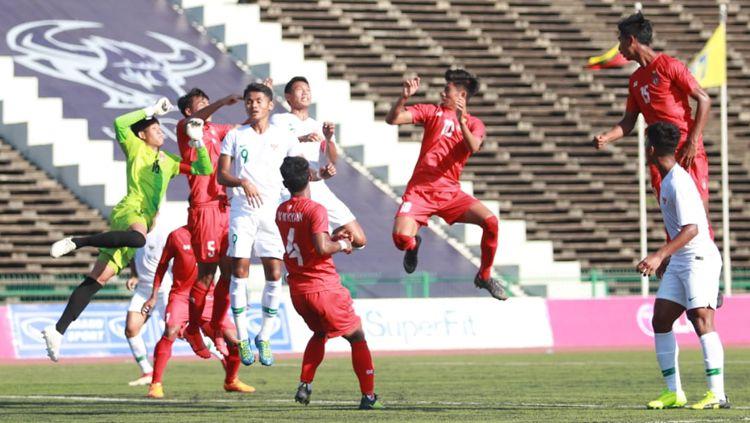Duel udara pemain Timnas Indonesia U-22 vs Myanmar Copyright: © PSSI