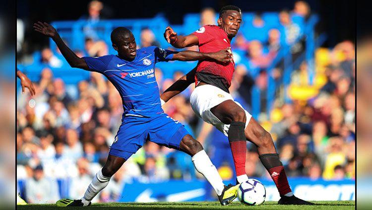 Gelandang bertahan Chelsea, Ngolo Kante (kiri) berduel dengan Paul Pogba, gelandang serang Manchester United. Copyright: © GettyImages