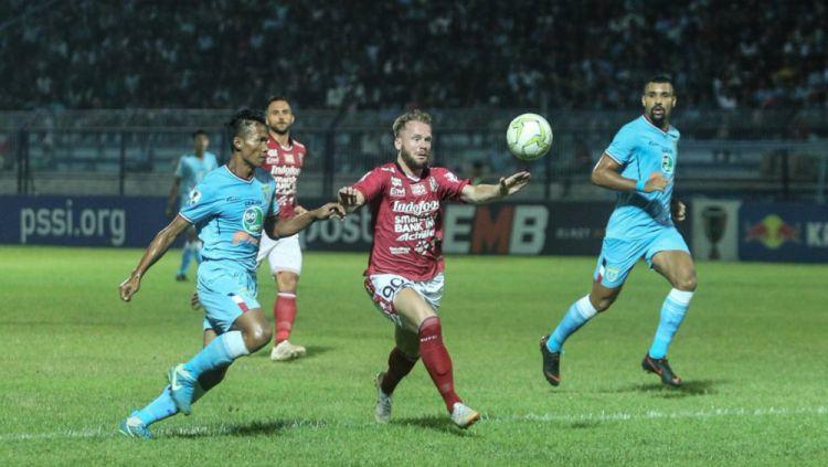 Melvin Platje berusaha menguasai bola Copyright: © Bali United
