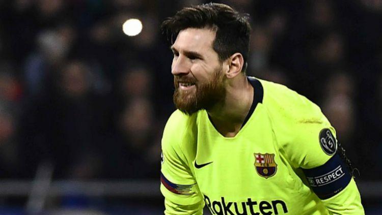 Lionel Messi meratapi peluang yang terbuang sia-sia dalam pertandingan Lyon vs Barcelona, Rabu (20/02/19). Copyright: © INDOSPORT