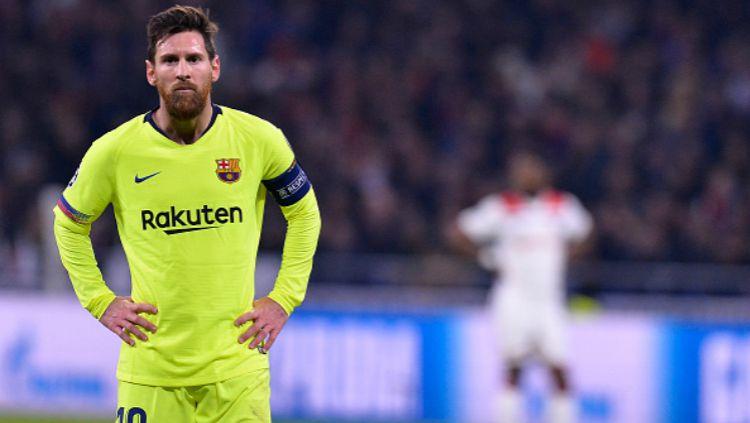 Lionel Messi terlihat frustrasi saat pertandingan Lyon vs Barcelona berakhir imbang tanpa gol. Copyright: © INDOSPORT