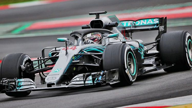 Rumor bakal hengkangnya Lewis Hamilton dari tim Mercedes kembali mencuat usai juara dunia Formula 1 itu melakukan pertemuan dengan bos Ferrari, John Elkann. Copyright: © F1i.com