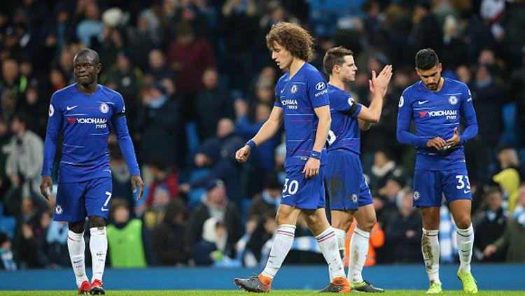 Para pemain Chelsea tertunduk sedih saat timnya mendapatkan kekalahan. Copyright: © GettyImages