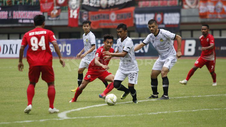 Indosport - Situasi pertandingan Persija Jakarta melawan PS TIRA Persikabo