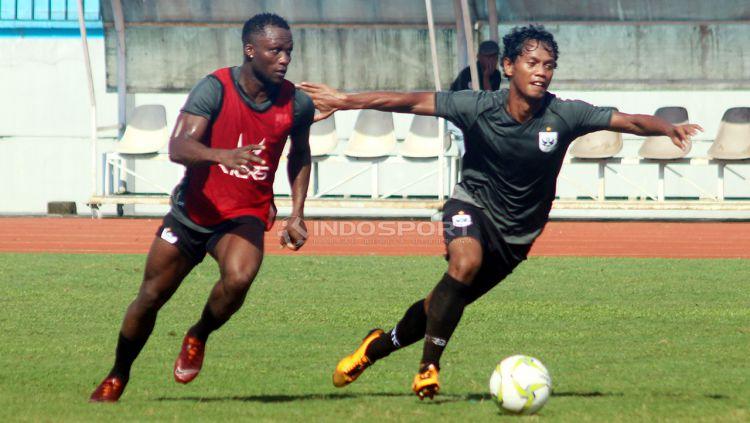 Gelandang PSIS, Ibrahim Conteh (kanan) berebut bola dengan Heru Setiawan pada latihan di Stadion Moch Soebroto, Magelang, Minggu (23/02/19). Copyright: © Ronald Seger Prabowo/Indosport.com