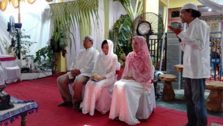 Prosesi menjelang pernikahan kakak perempuan Awan Seto Raharjo. Copyright: © Istimewa
