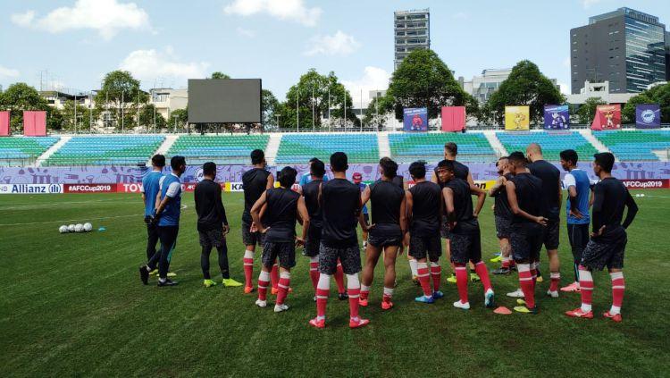 Tim PSM Makassar melakukan uji coba lapangan di Stadion Jalan Besar, Singapura. Copyright: © PSM Makassar