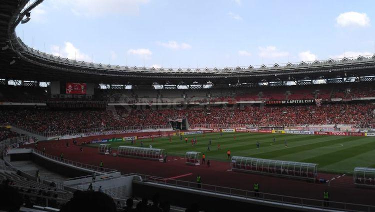 Situasi Jakmania penuhi Stadion Gelora Bung Karno laga AFC Copyright: © Petrus Manus Da' Yerimon/INDOSPORT