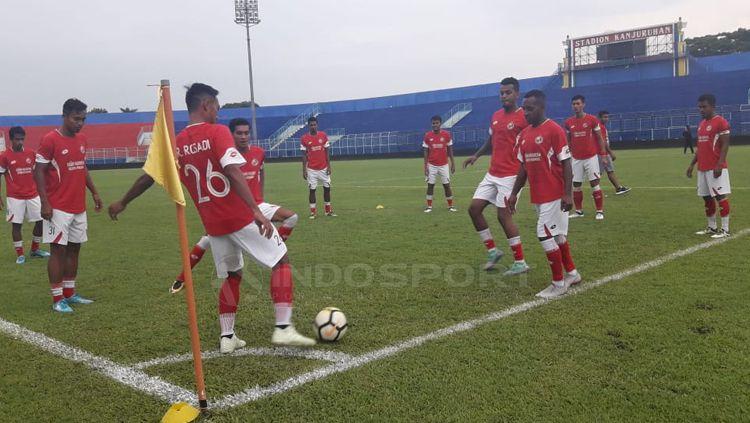 Tim Semen Padang jalani latihan di Stadion Kanjuruhan Copyright: © Ian Setiawan/INDOSPORT