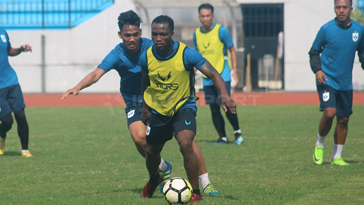 Ibrahim Conteh (kanan) berebut bola dengan Tegar Infanteri dalam latihan internal klub PSIS Semarang. Copyright: © Ronald Seger/INDOSPORT