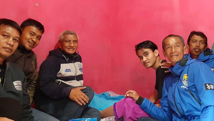 General Manager Diklat PERSIB Yoyo S. Adiredja memberikan dukungan kepada mantan pemainnya, Aditya, dengan mendatangi kediamannya di Jalan Parakan Saat, Cipamokolan, Kecamatan Rancasari, Kota Bandung, Sabtu (02/03/19) Copyright: © persib.co.id