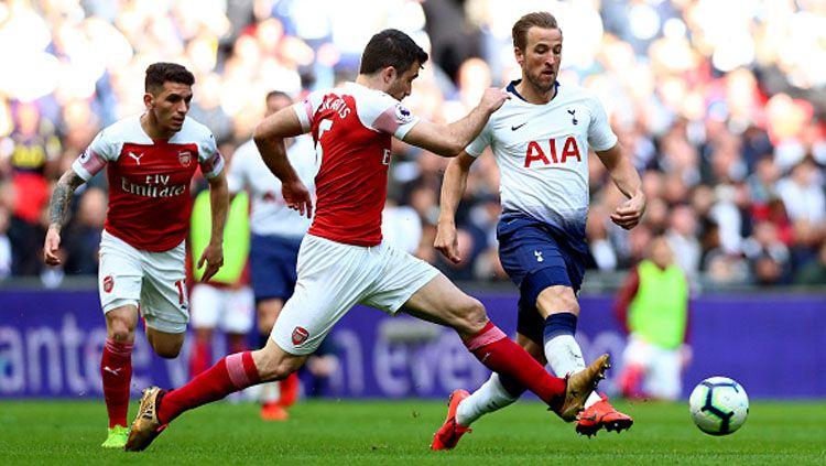 Sokratis Papastathopoulos (kiri) menegaskan bahwa dirinya dan rekannya takkan segan bermain kotor saat Arsenal vs Manchester City di Liga Inggris. Copyright: © INDOSPORT