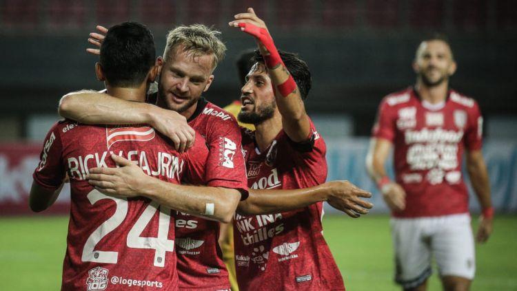 Striker Bali United Melvin Platje (tengah) gembira atas keberhasilan melibas Tampines Rovers 5-3 dalam laga Kualifikasi Liga Champions Asia (LCA) 2020 di Stadion Jalan Besar, Singapura, Selasa (14/01/20). Copyright: © Twitter@BaliUtd