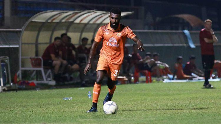 Rudolof Yanto Basna tampil sebagai penyelamat Sukhothai FC dalam laga tunda pekan ke-25 Liga Thailand pada Rabu (2/10/19). Copyright: © Media Sukhothai FC