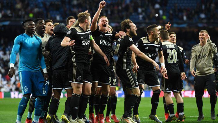 Aksi selebrasi para pemain Ajax usai kalahkan Real Madrid dengan skor 4-1 yang sebelumnya dengan agregat 5-3 pada laga Liga Champions 16 besar di stadion Bernabeu, Rabu (06/03/19) Spanyol. Copyright: © INDOSPORT