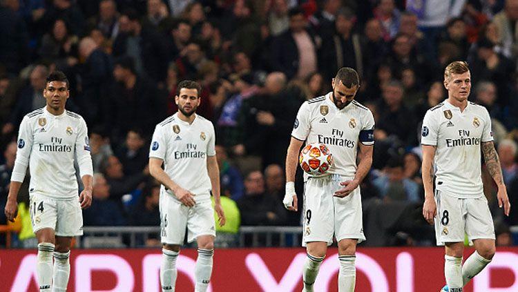 Para pemain Real Madrid tertunduk lesu saat mereka dipastikan gagal ke 8 besar Liga Champions 2018/19. Copyright: © INDOSPORT